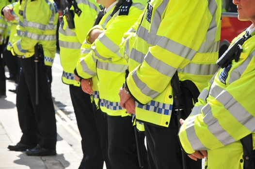 police officers should not carry guns Handguns and assault rifles are completely banned in britain, and a very small percentage of the country's police officers even carry guns, something that has led to a lower number of fatal police.
